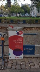 Installation de bornes de recharge rapide par la CNR à Lyon 2e.